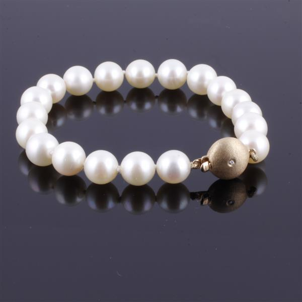 Pearl bracelet with 14K yellow gold clasp, diamond accent; 8.0-8.5mm.