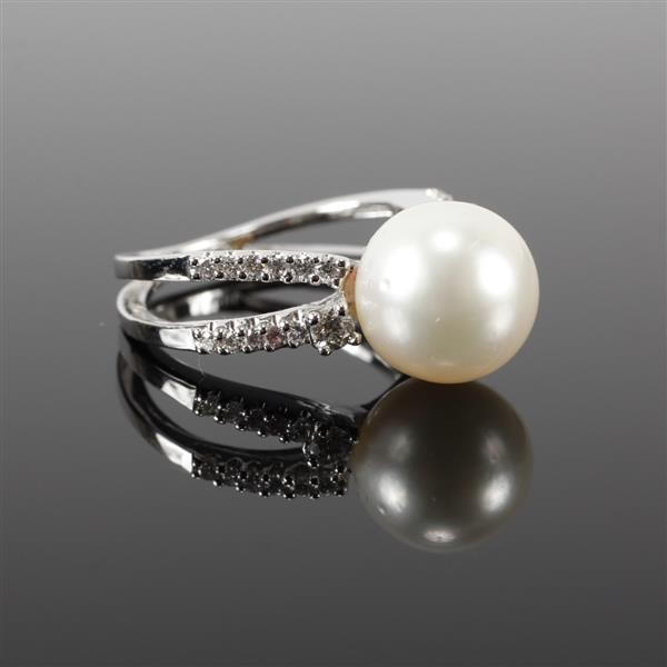 White Gold 18K 10mm South Sea Pearl and diamond estate ring. Size 5.5