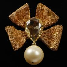 Scaasi gold-tone mesh jeweled bow brooch/pin with faux pearl drop.
