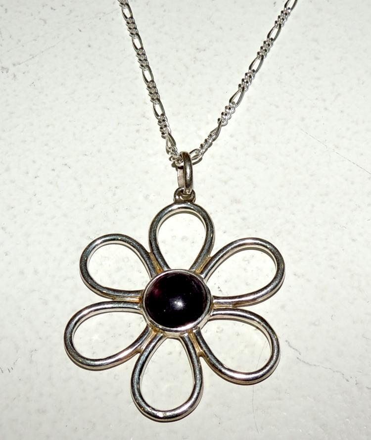 TOUS. PENDANT WITH CHAIN ​​forming openwork flower frame and chain in silver. Diameter: 4 cm