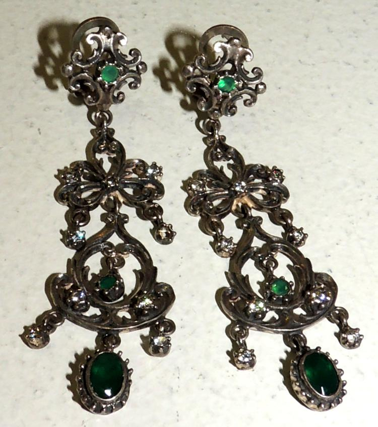 LONG MOBILE EARRINGS in silver and green semiprecious stones.