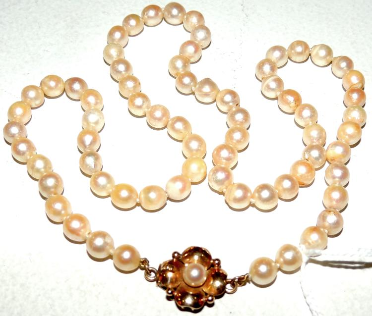 CULTURED PEARL NECKLACE with yellow gold closure as a flower.Length: 52 cm.