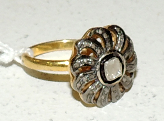 RING in silver plated in yellow gold with diamonds forming a flower.