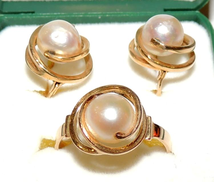 SET OF EARRINGS AND RING cultured pearls with yellow gold frame.