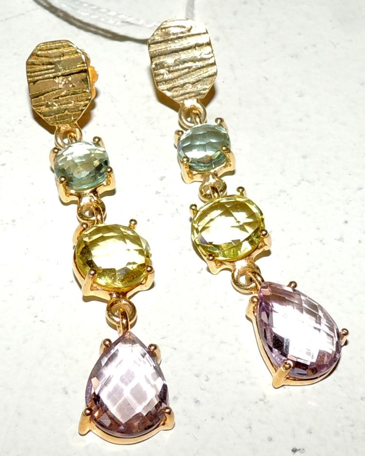 EARRINGS in gold-plated silver with topazes, citrines and multifaceted amethysts.Snap closure.Length: 6.3 cm.