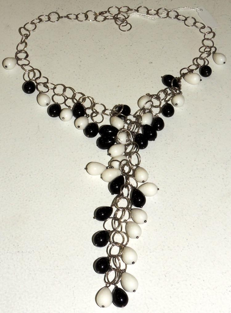 NECKACE CHOKER of agates and onyx forming cascade with silver chain.