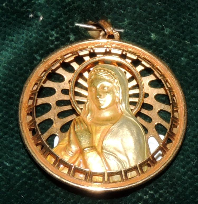 MEDAL WITH VIRGIN IMAGE with details of enamels and set in yellow gold. Diameter approx: 3 cm.