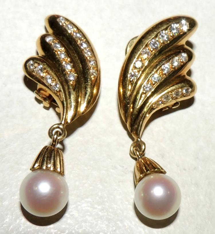 BRILLIANT AND PEARL EARRINGS cultivated. With winged frame in yellow gold. Omega closure. Length: 4 cm.