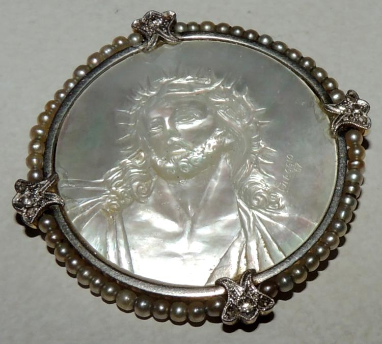 BROOCH WITH IMAGE OF CHRIST carved on mother of pearl with border of micro pearls and bright details.White gold frame.Diameter: 4.2 cmapprox.