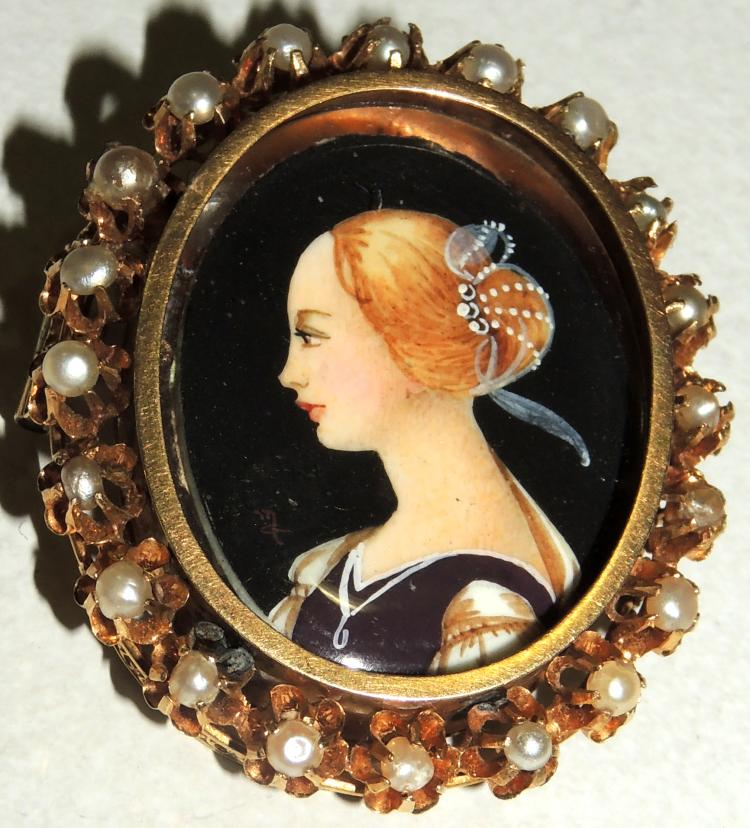 BROOCH WITH WOMAN BUST illegible signature.Painted on ivory plate.Locked chinstrap.Frame with pearl border cultured in yellow gold.Measures: 4.5x3.4 cm.