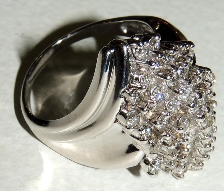 RING BOMBÉ DE BRILLANTES with staple mount in white gold.