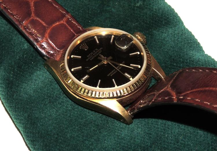 ROLEX WATCH OYSTER PERPETUAL DATEJUST knight / unisex in running condition Ref. 6827 Serial nº 5890073 (1979) in 18 kt yellow gold and black dial.Strap in non-original leather.Without papers or box.