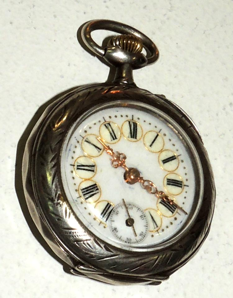 POCKET WATCH in silver chiselled with porcelain dial. And seconds at six. Diameter: 4.5 cm.