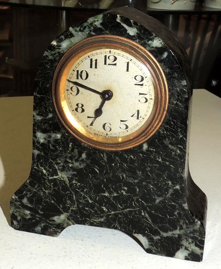 DESKTOP CLOCK in marble.Measures: 13x11x4 cm.