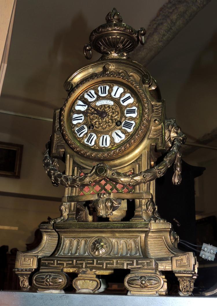 DESKTOP CLOCK France s.XIX Philippe ft 66 Palais Royale, bronze carved with lion decoration, Paris machine.Height: 44 cm