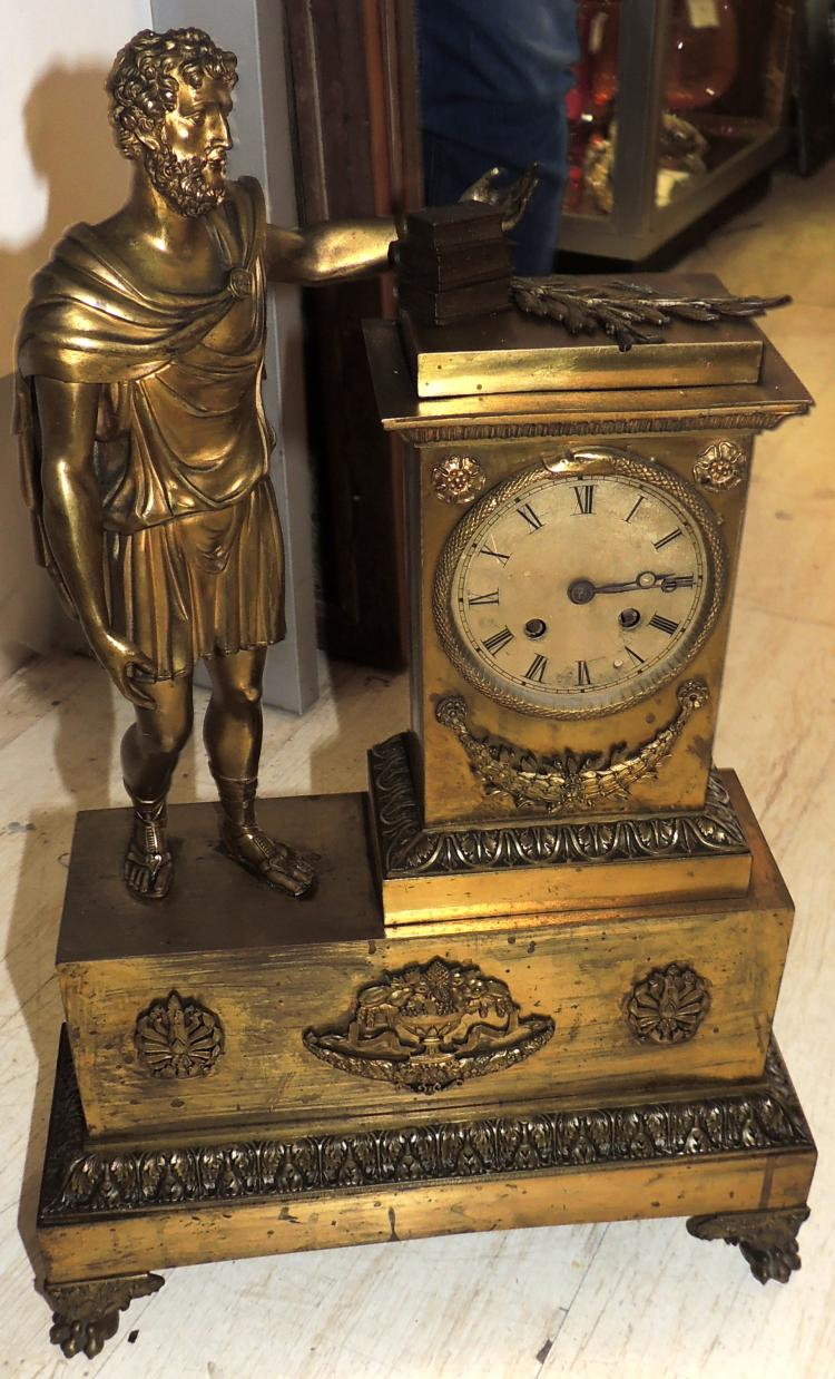 DESKTOP CLOCK first half S.XIX in gilded bronze with classic figure and decoration in vegetal filigree.Measures: 58x36x13 cm.It needs review.