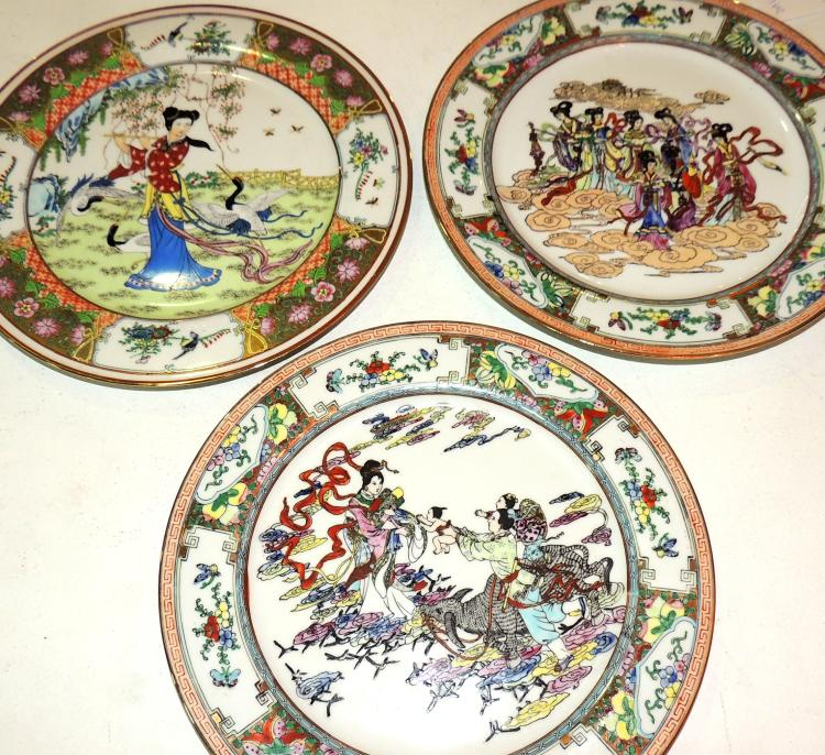 COLLECTION OF EASTERN ORIENTAL PLATES in hand-painted Chinese porcelain decorated with traditional scenes featuring ladies.Diameter: 23 cm.