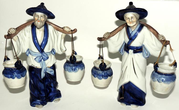 COUPLE OF ORIENTAL ELDERS in polychrome Japanese porcelain with golden edge detail.Height: 23 cm