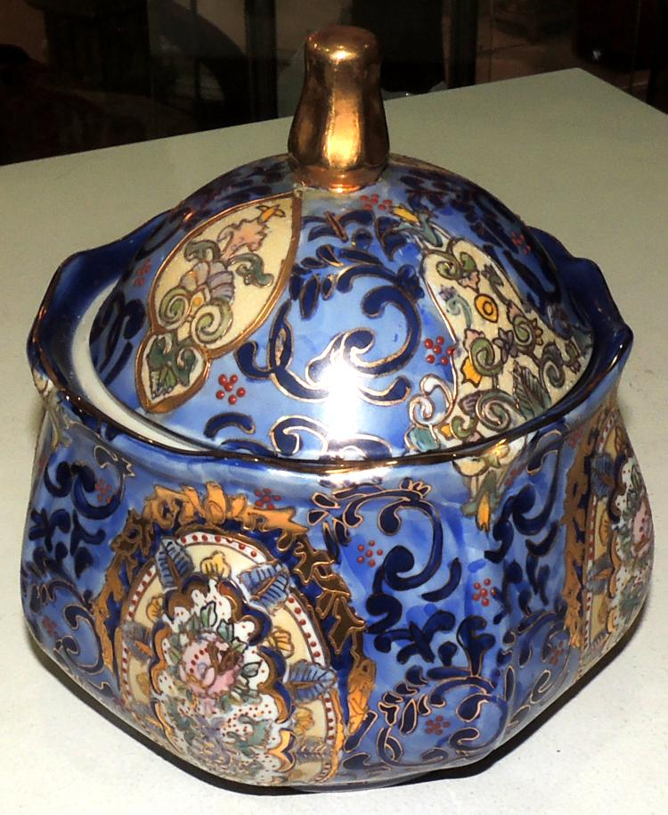 TIBOR in oriental porcelain with scrolls motifs and golden details.Height: 23 cm