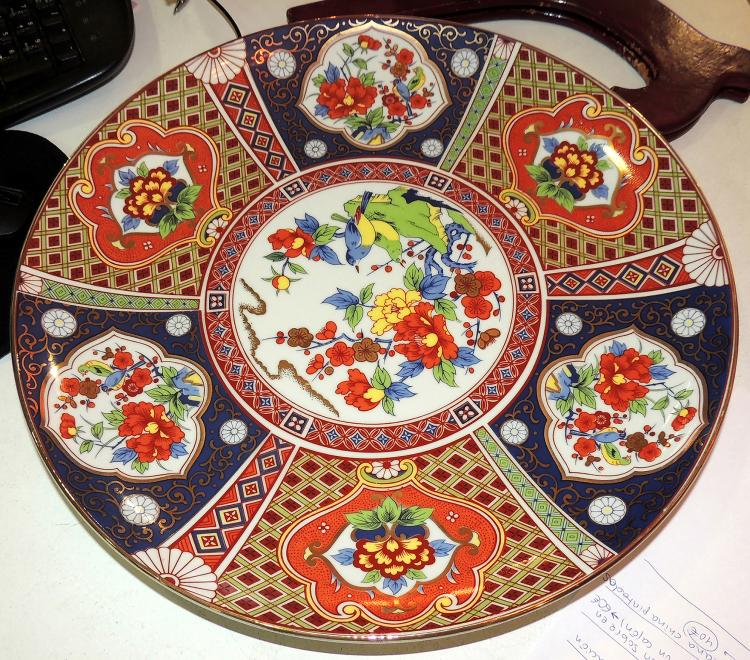 LARGE ORIENTAL PLATE in porcelain decorated with birds and flowers in bright colors.Diameter: 40 cm