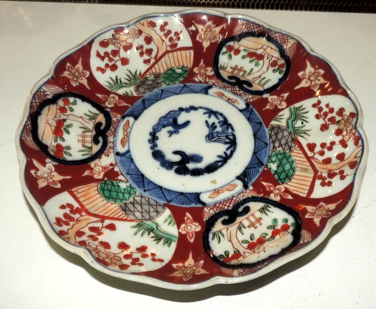 ORIENTAL DECORATIVE PLATE in porcelain with oriental garden decoration in red and blue tones.Diameter: 22 cm