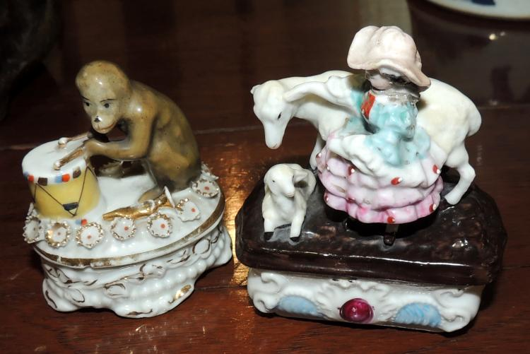 TWO BOXES OF COLLECTION WITH FIGURES of adolescent and musical monkey in polychrome porcelain. Height: 10 and 8 cm.