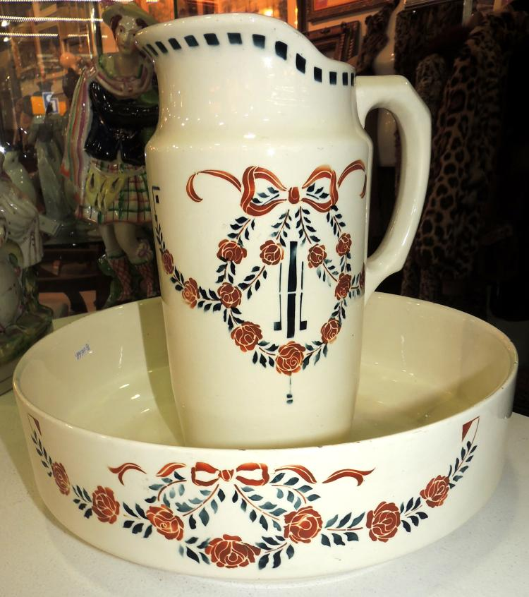 JARD AND JOFAINA ART DECÓ in French porcelain decorated with roses forming a medallion.Marks in the base.Diameter: 32 cm.Jug height: 27 cm.