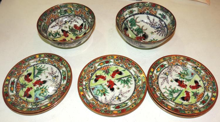 COLLECTION OF EASTERN DISHES AND BALLS in white porcelain decorated with roosters.Composed of 6 plates and 2 bowls.