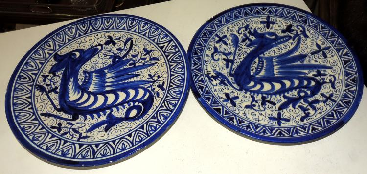 COUPLE OF DECORATIVE PLATES S.XIX in enameled ceramic with bird decoration on the envelope in cobalt blue tones. Diameter: 34 cm