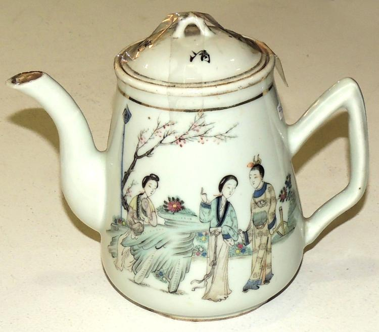 TEAPOT CHINA FIN.S.XIX porcelain with seal on the base.With decoration of figures and legend written on the back.Height: 16 cm