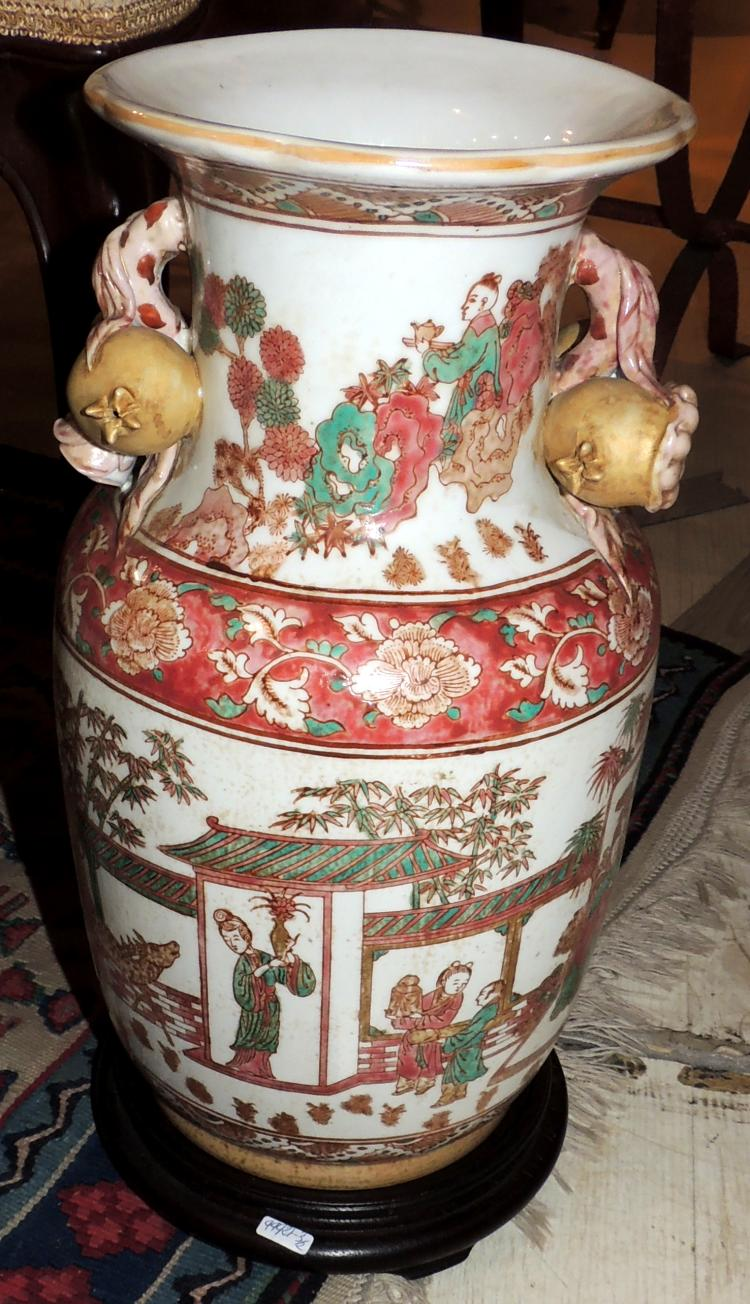 ORIENTAL VASE in porcelain with decoration of traditional scenes on wood pedestal.Total height: 40 cm.