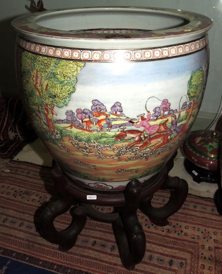 FISHBOWL ORIENTAL GARDENER in porcelain with decoration of hunting scenes.With pedestal in wood.Total height: 52 cm.