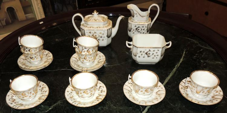 TEA SET ISABELINO FIN.S.XIX in white porcelain with decoration of flowers in gold.Composed by: Teapot, milk, sugar and 8 services.
