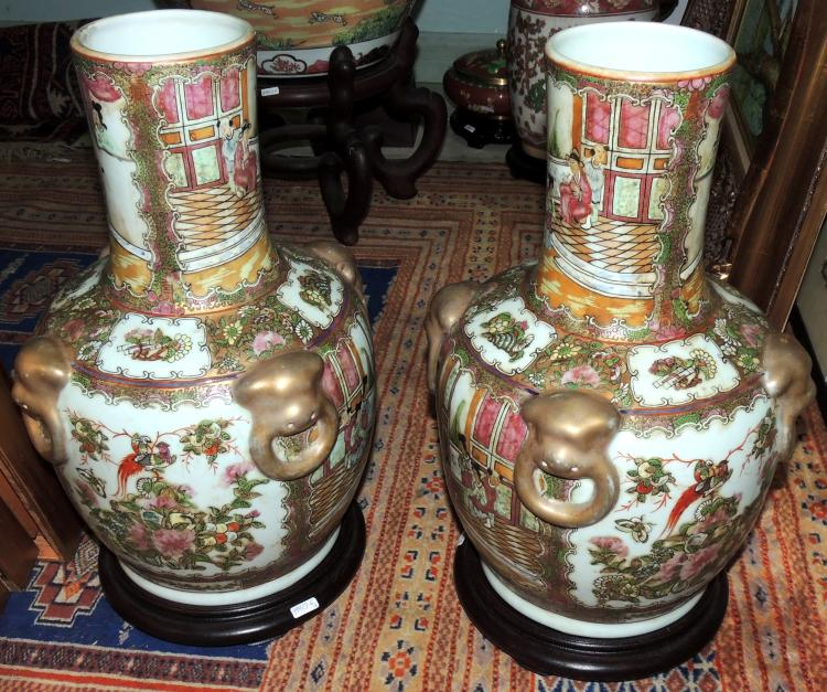 COUPLE OF ORIENTAL VASES Rosa family in porcelain decorated with traditional scenes in golden tones. With wooden bases. Total height: 42 cm.