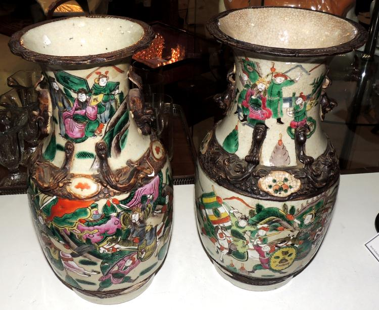 PAIR OF VASES in porcelain with decoration of battle scenes and animal detail.Height: 35 cm