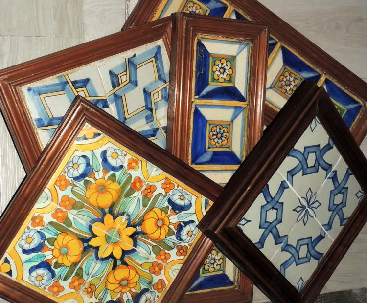 COLLECTION OF TILES in ceramic with different framed decorations. Composed of 20 panels. Measures approx .: 25x27 cm interior.