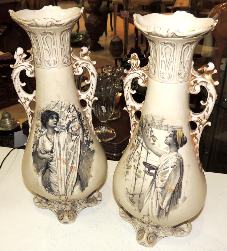 VASE COUPLE in Royal Dux porcelain with classic ladies decoration with gold scrolls. Height: 34 cm