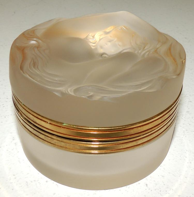LALIQUE. JEWELRY BOX in glazed glass with a woman's figure. Diameter: 8 cm Height: 5.5 cm.