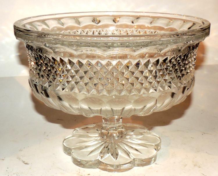 FRUIT PLATTER in cut glass with floriform base.Measures: 18x25 cm.