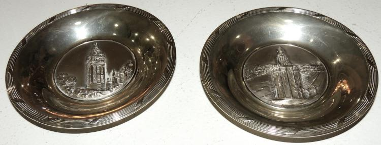 ASHTRAY PAIR in silver with relief decoration of towers in the envelope. 70 gr.