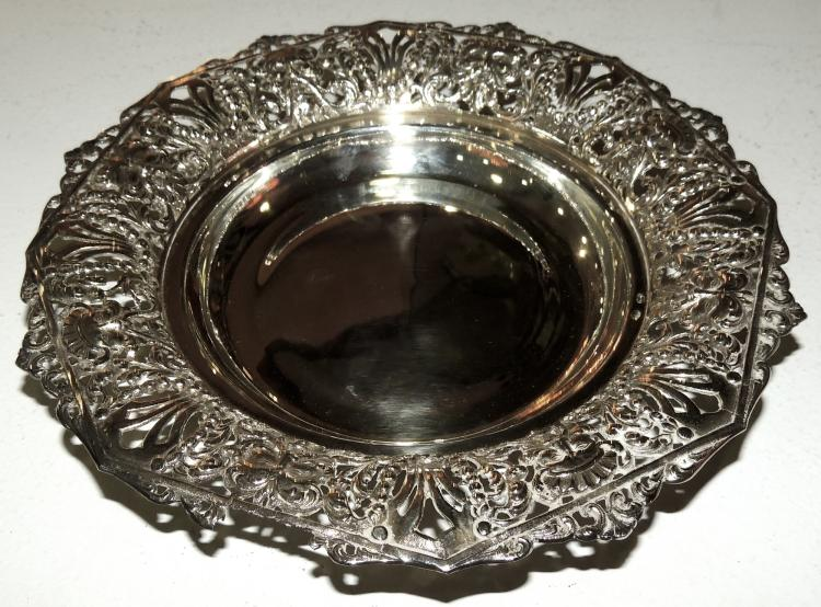 PLATE in silver punched with character decoration.Diameter: 19 cmWeight: 145 gr.
