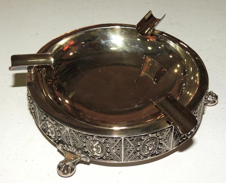 ASHTRAY in silver with filigree borders.Weight: 185 gr.Measures: 3x12 cm.