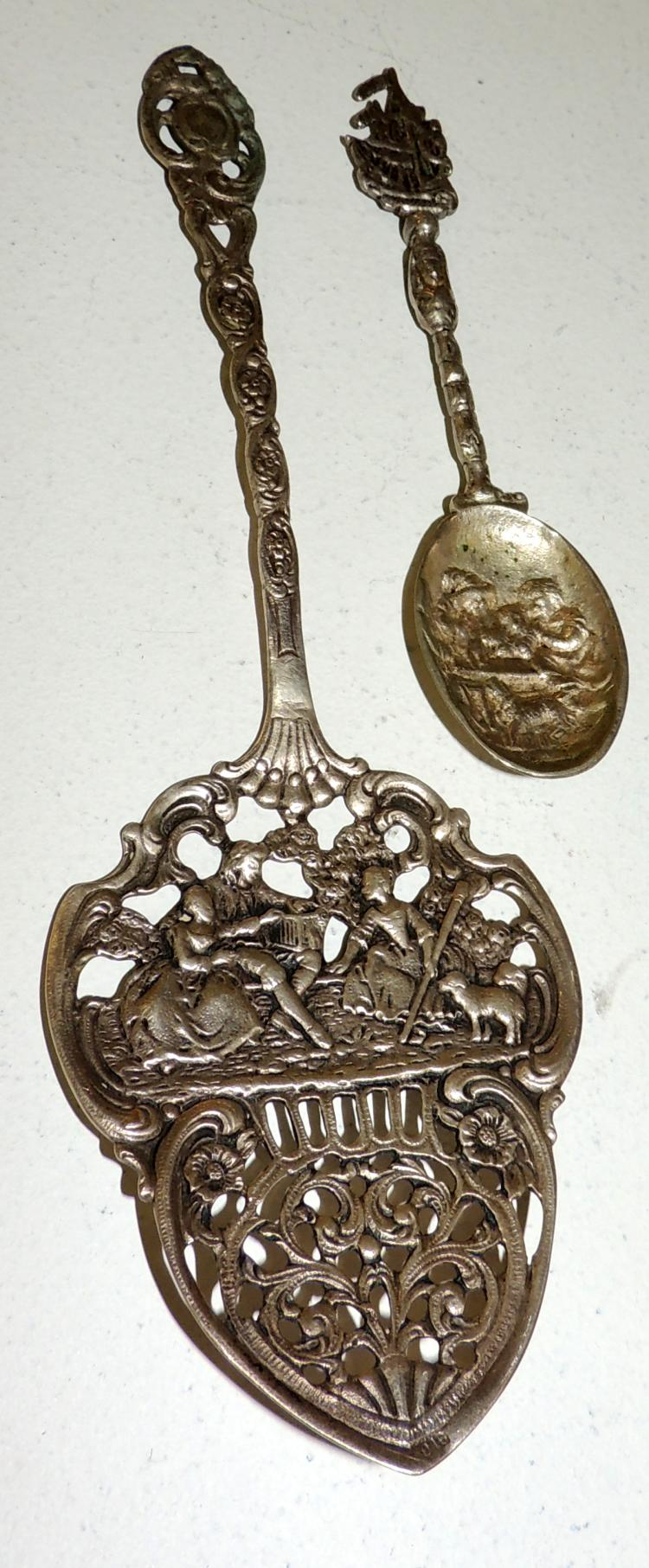TWO CENTRAL EUROPEAN SPOONS OF SERVICE of the first quarter S.XX, in silver with contrasts. Larger length: 20 cm.
