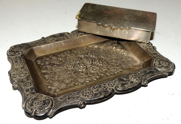 TRAY AND BOX in embossed silver with floral decoration on the envelope. Box in silver hammered. Measures tray: 13x10 cm.