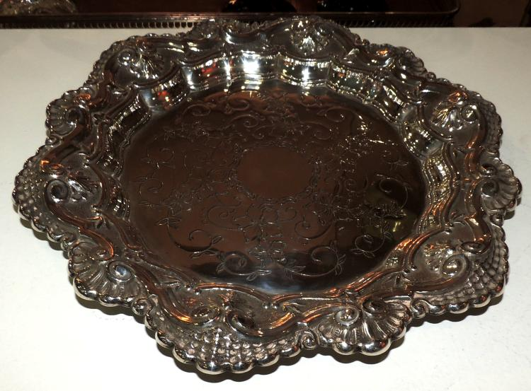 TRAY in punched and engraved silver with decoration of vines in the envelope. Diameter: 28 cm
