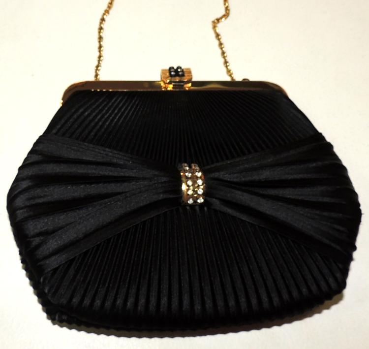 BLACK PLEATED NIGHT BAG.With golden chain.Measures: 20x17 cm.