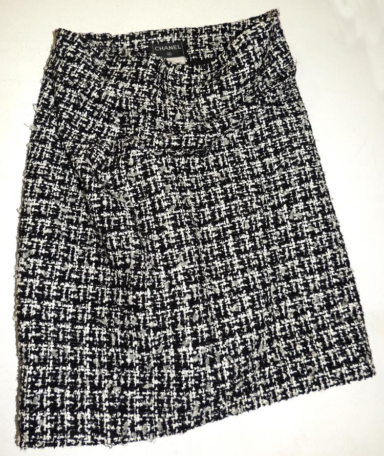 CHANEL.Black and white tweed SKIRT.With waistbandLength: 50 cm.approx.Size 38-40.
