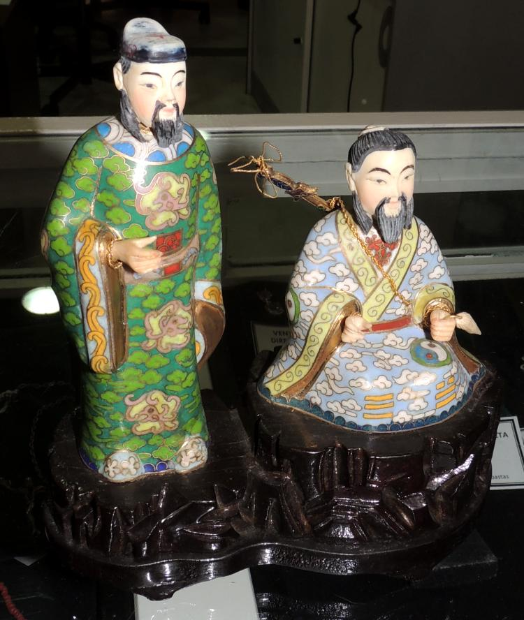 COUPLE OF ORIENTAL FIGURES in cloisonné enamel on wooden base.Total height: 16 cm.