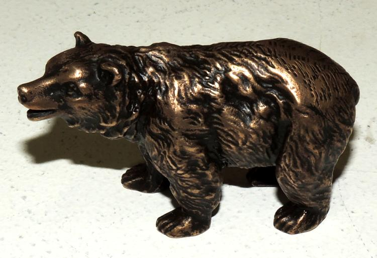 BEAR FIGURE in patinated bronze.Height: 4.5 cm