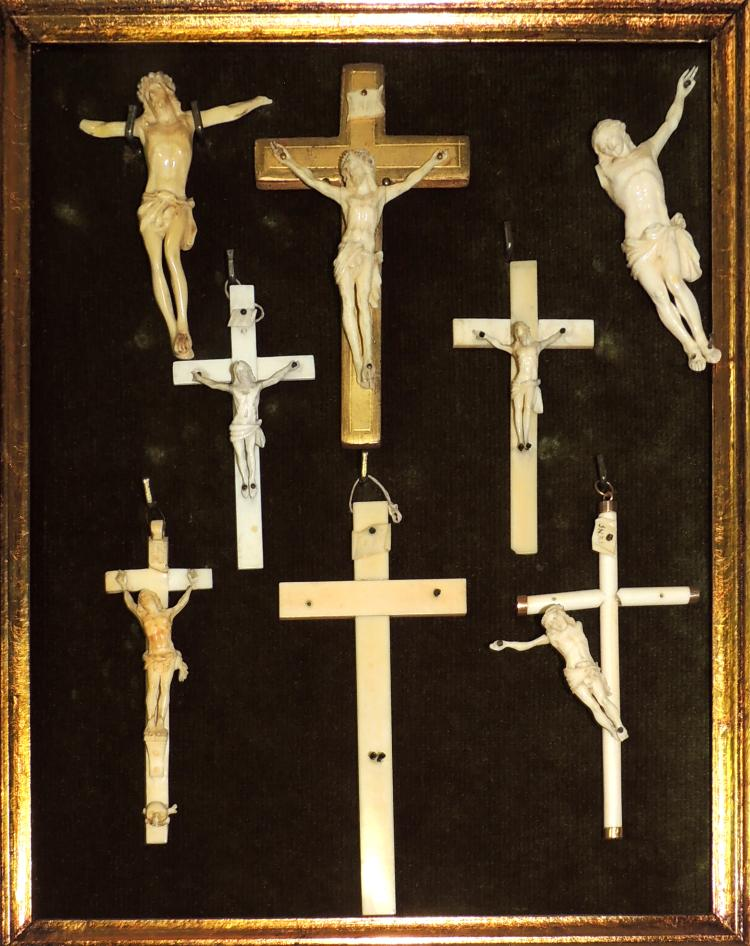COLLECTION OF CROSSES in ivory with frame in gilded wood. Framework measures: 38x32.5 cm.